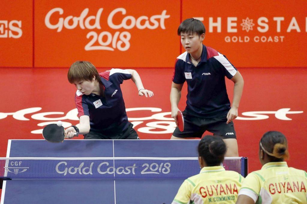 AKSI PENUH YAKIN: Gandingan beregu Singapura Lin Ye (kiri) dan Zhou Yihan menunjukkan permainan penuh yakin untuk membantu skuad tenis meja negara menewaskan Guyana 5-0 semalam. – Foto SPORTSG