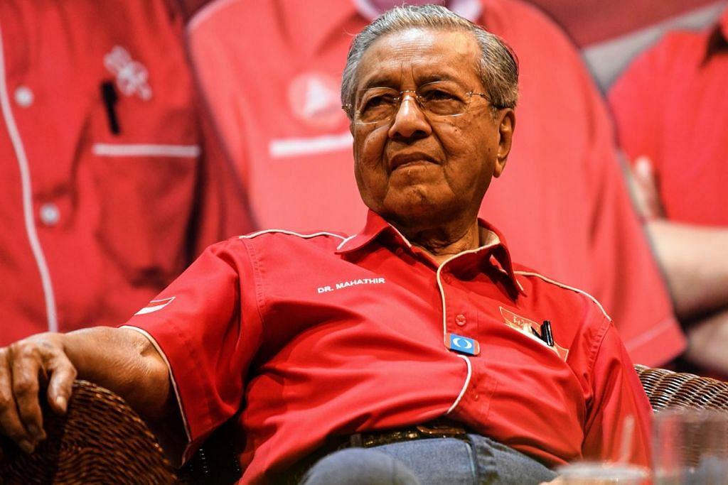HARAPAN BESAR: Tun Dr Mahathir di sebuah rapat di Langkawi Ahad lalu. Beliau berharap pengundi Kedah membantunya memenangi kerusi Langkawi sebagai sebahagian usaha menggulingkan kerajaan Perdana Menteri Datuk Seri Najib. - Foto AFP