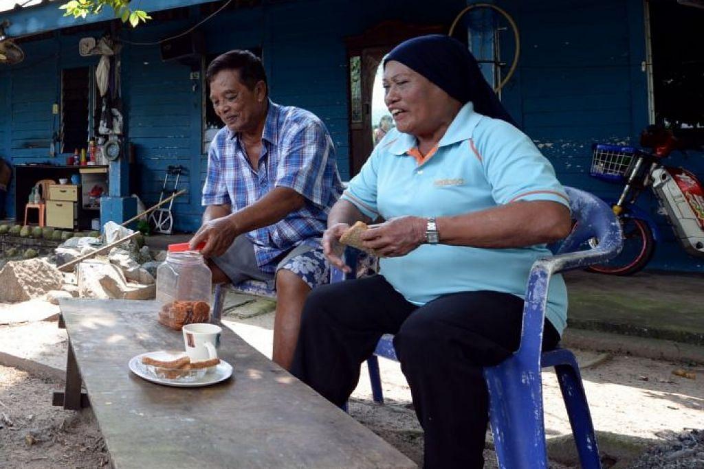 ASBESTOS DI PULAU SEKIJANG BENDERA: Cik Fauziyah dan suaminya, Encik Mohd Sulih, yang merupakan dua penduduk terakhir Pulau Sekijang Bendera kini tinggal bersama anak mereka di Jurong West buat sementara waktu selepas SLA menutup sebahagian pulau itu minggu lalu dek asbestos yang ditemui di sana.
