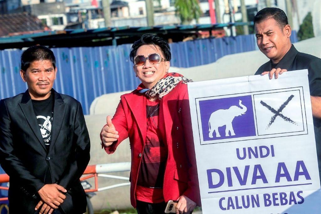 Azwan Ali (tengah) sah bertanding sebagai calon Bebas bagi kerusi Bukit Antarabangsa DUN Selangor pada  PRU14.
