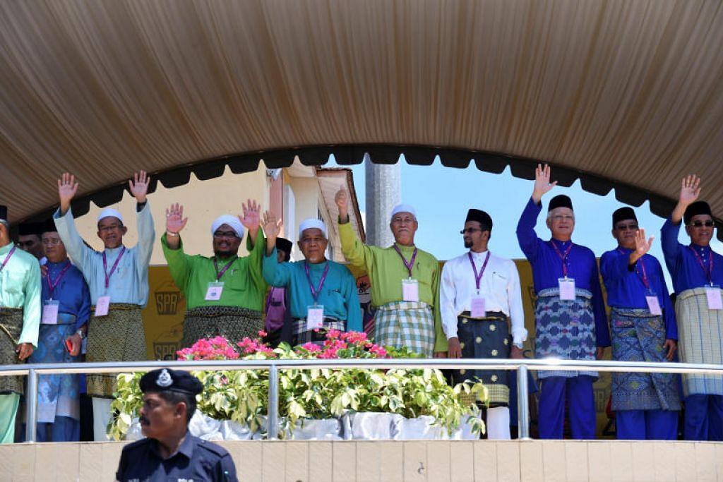Perdana Menteri Malaysia Najib Razak (3 dari kanan) bersama calon lain di pusat penamaan calon bagi mengemukakan kertas pencalonannya untuk bertanding di Pekan, Pahang pada 28 April 2018.