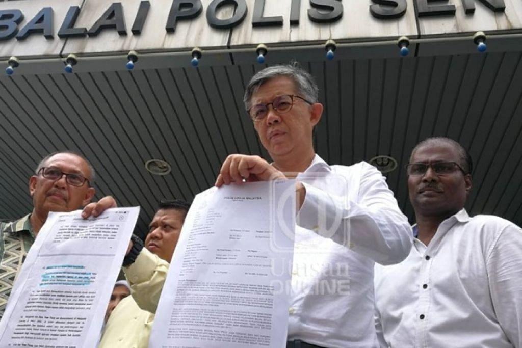 Tian Chua (tengah) membuat laporan di Ibu Pejabat Polis Sentul pada 28 April 2018.