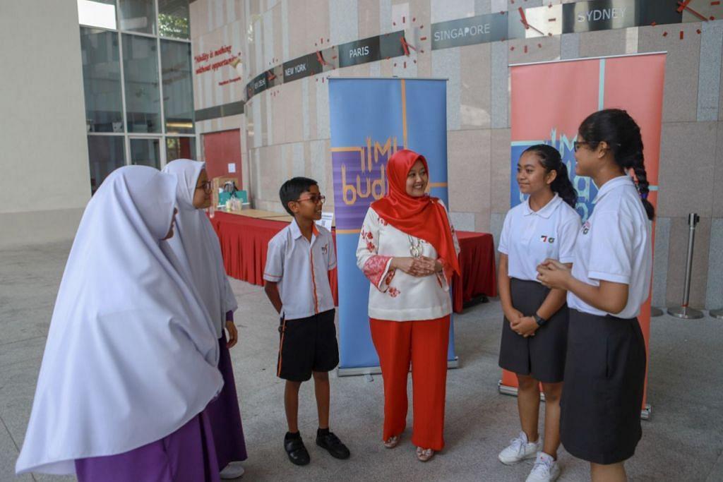 RAKAN BAHASA: Pengerusi Bulan Bahasa, Cik Rahayu Mahzam, bercakap dengan beberapa pelajar bahasa Melayu yang baru dilantik sebagai Rakan Bahasa tahun ini.