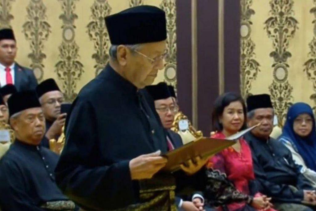 PERDANA MENTERI KE-7 MALAYSIA: Tun Dr Mahathir Mohamad mengangkat sumpah Perdana Menteri ke-7 Malaysia dalam satu upacara di Istana Negara.