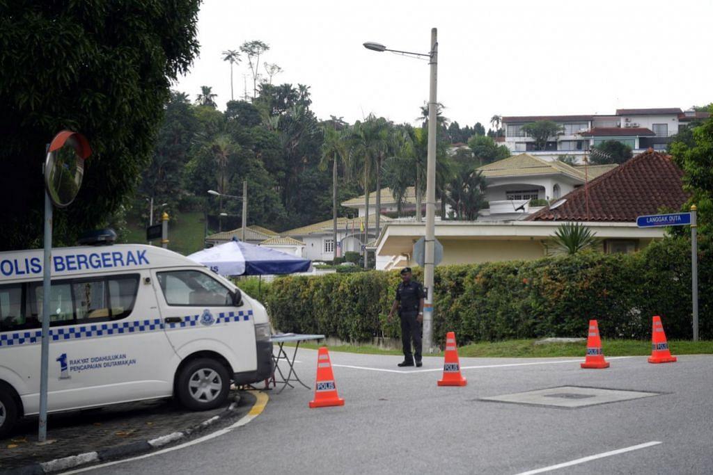 LALUAN DITUTUP: Polis Malaysia menutup jalan raya menuju ke kediaman peribadi mantan Perdana Menteri Malaysia, Datuk Seri Najib Tun Razak.