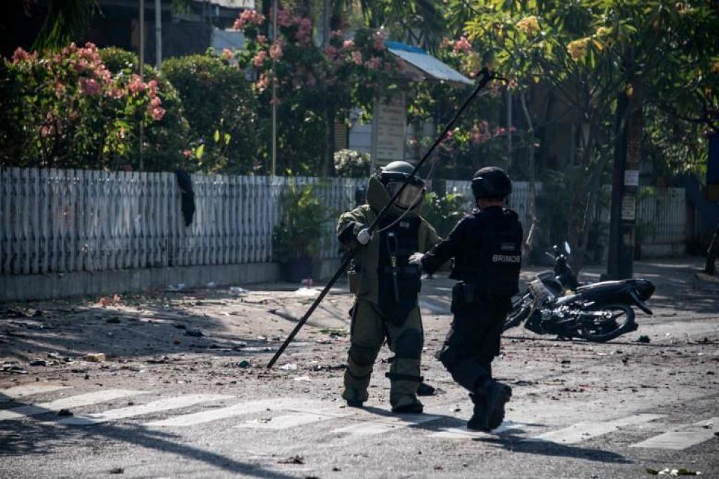 SERANGAN BOM: Skuad bom Indonesia memeriksa tempat kejadian menyusuli serangan bom di luar sebuah gereja di Surabaya.