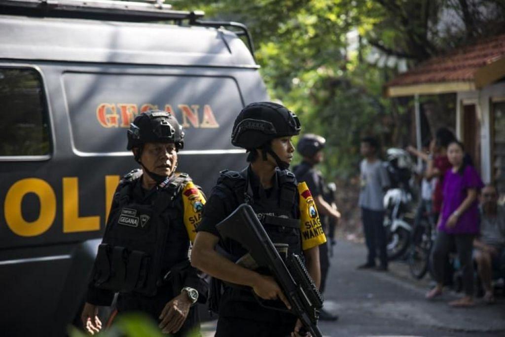 SERANGAN BOM: Pegawai polis Indonesia meronda kawasan di luar sebuah gereja selepas serangan bom bunuh diri berlaku di Surabaya.
