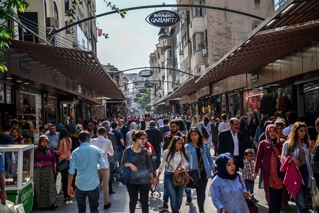 TURUT MENYUMBANG: Ratusan perniagaan pelarian Syria di Gaziantep membantu mengembangkan ekonomi Turkey, bertentangan dengan kisah beban ekonomi menerima mereka yang ditonjolkan para pegawai. - Foto AFP