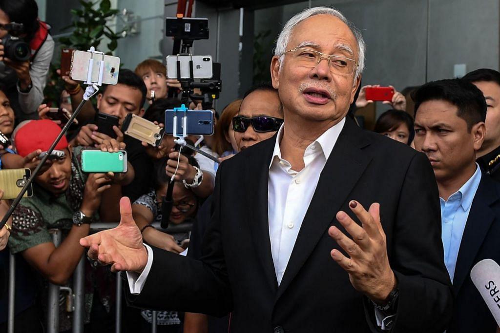 BERI KETERANGAN: Datuk Seri Najib bercakap dengan media selepas memberi keterangan di pejabat SPRM hari ini (24 Mei).