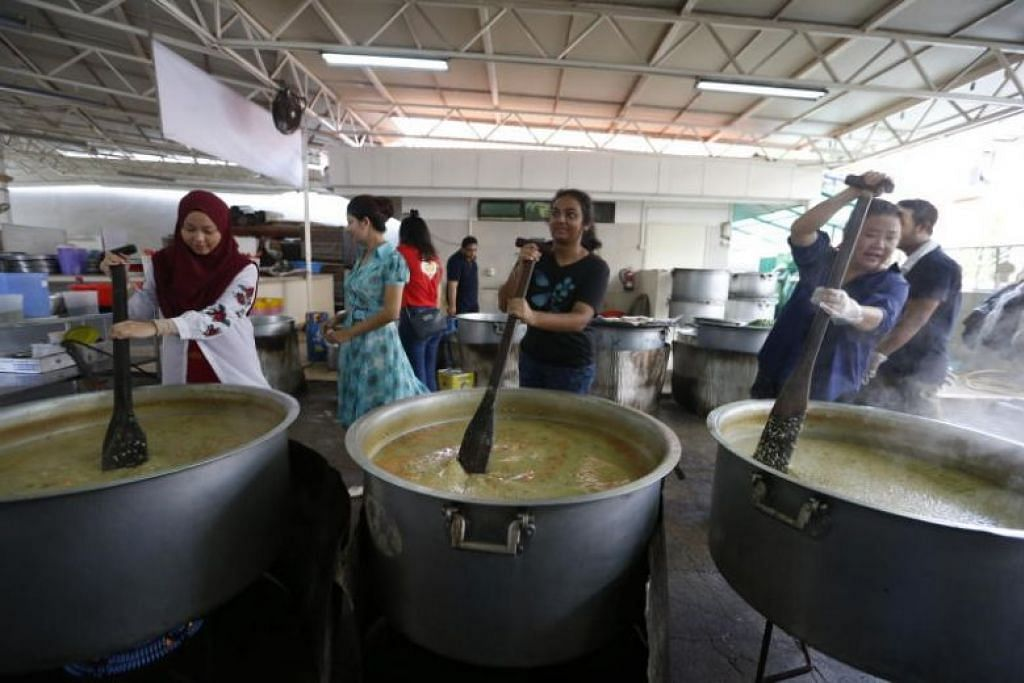 LAKU KEBAIKAN: Relawan bantu masak bubur bagi orang awam di Masjid Khalid.