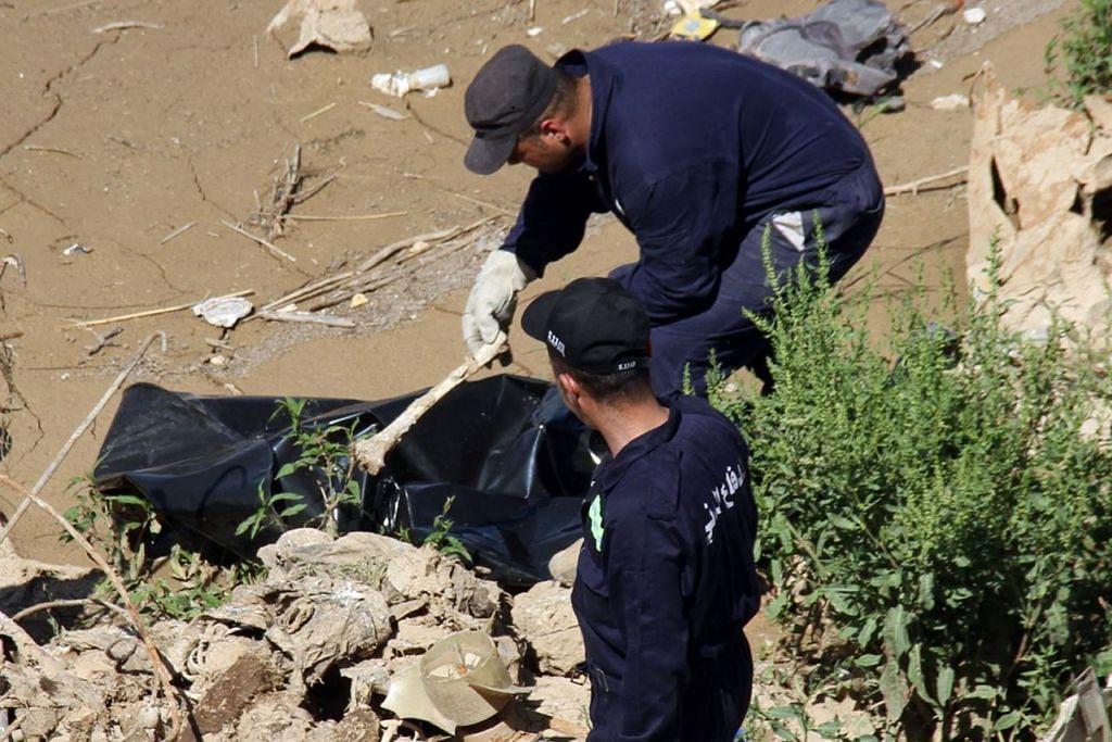 PERJUANGAN BERTERUSAN: Anggota pertahanan awam Iraq menarik keluar sekujur mayat dari Sungai Tigris pada 16 May. Setelah mengalahkan ISIS, mereka kini berjuang untuk membersihkan Kota Lama Mosul daripada ribuan mayat penduduk dan militan, yang boleh mencetuskan bahaya kesihatan. - Foto AFP