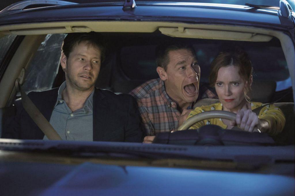 SESUAI DENGAN KOMEDI: Antara adegan filem 'Blockers', yang dibintangi John Cena (tengah), turut memaparkan Leslie Mann (kiri) dan Ike Barinholtz. - Foto UIP