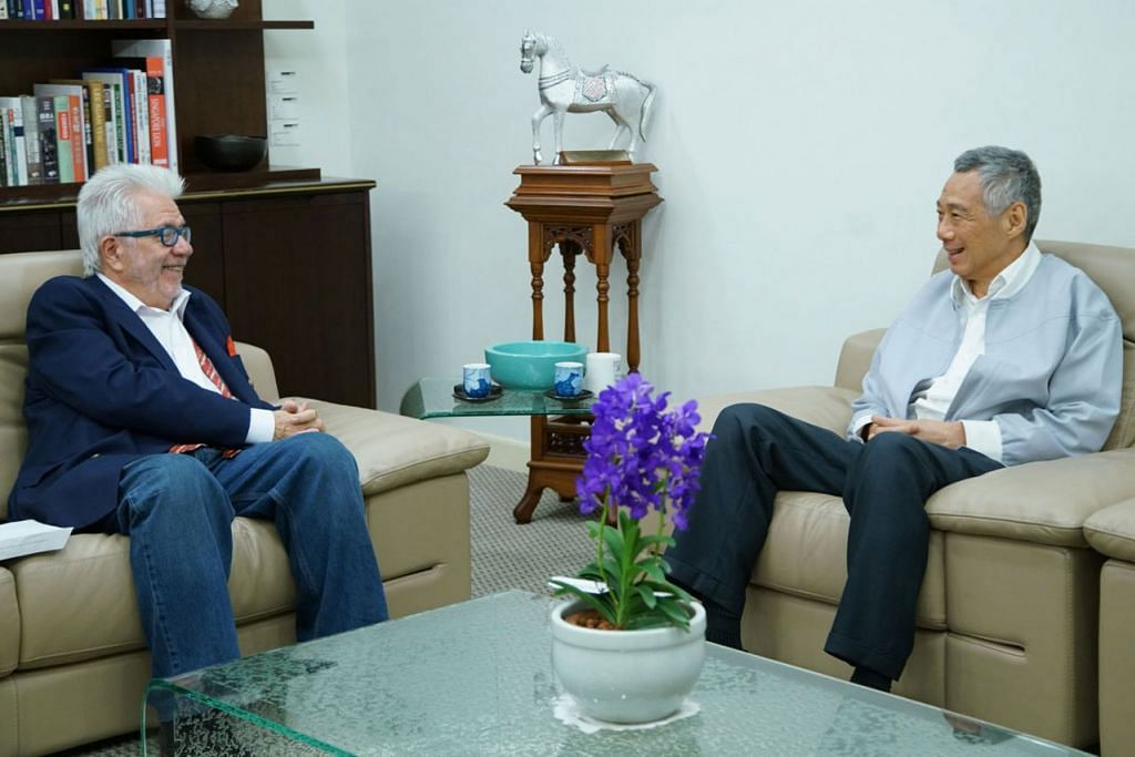 PERTEMUAN EMPAT MATA: Perdana Menteri Lee Hsien Loong (kanan) diwawancara penulis pojok akhbar South China Morning Post, Encik Tom Plate, di Istana tahun ini. - Foto MCI