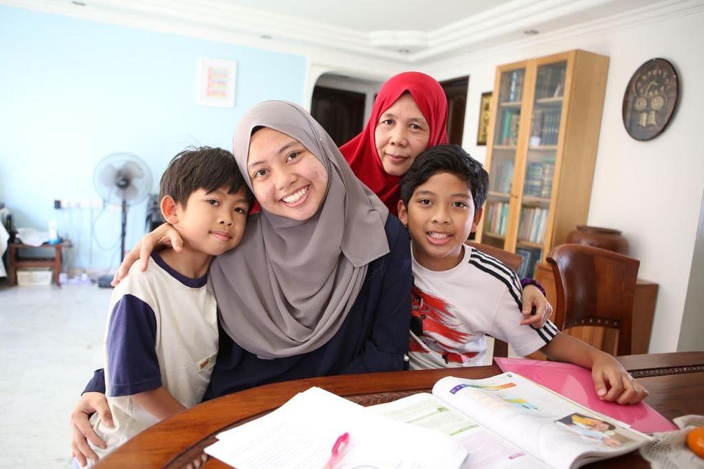 SOKONG CITA-CITA: Siti Aisyah (dua dari kiri) kini menuntut di Maktab Rendah Kebangsaan (NJC) dalam aliran sains.