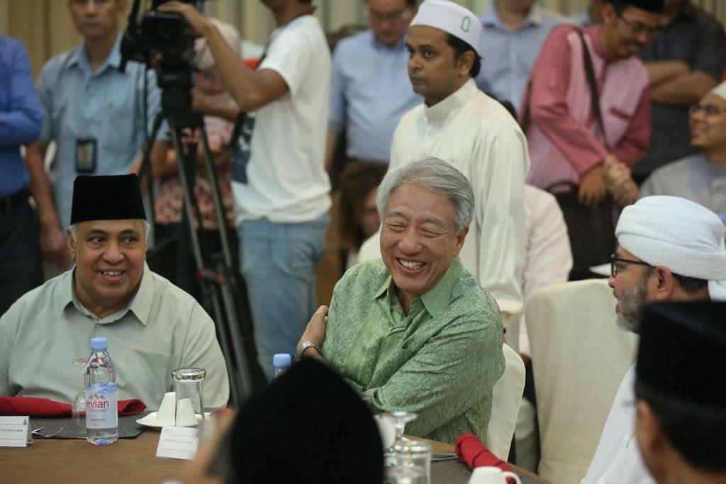 MAJLIS IFTAR: (dari kiri) Ustaz Ali Mohamed (Pengerusi Bersama RRG), Encik Teo Chee Hean dan Ustaz Mohamad Hasbi Hassan (Pengerusi Bersama RRG) beramah tamah di majlis iftar anjuran Kumpulan Pemulihan Keagamaan (RRG) di Masjid Khadijah malam tadi. - Foto BH oleh ONG WEE JIN