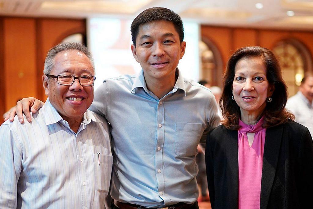 KHIDMAT DIHARGAI: Presiden SNOC, Encik Tan (tengah), bergambar dengan dua bekas anggota Jawatankuasa Eksekutif yang memberi laluan kepada darah muda - Encik Teo dan Cik Pennefather. - Foto SNOC