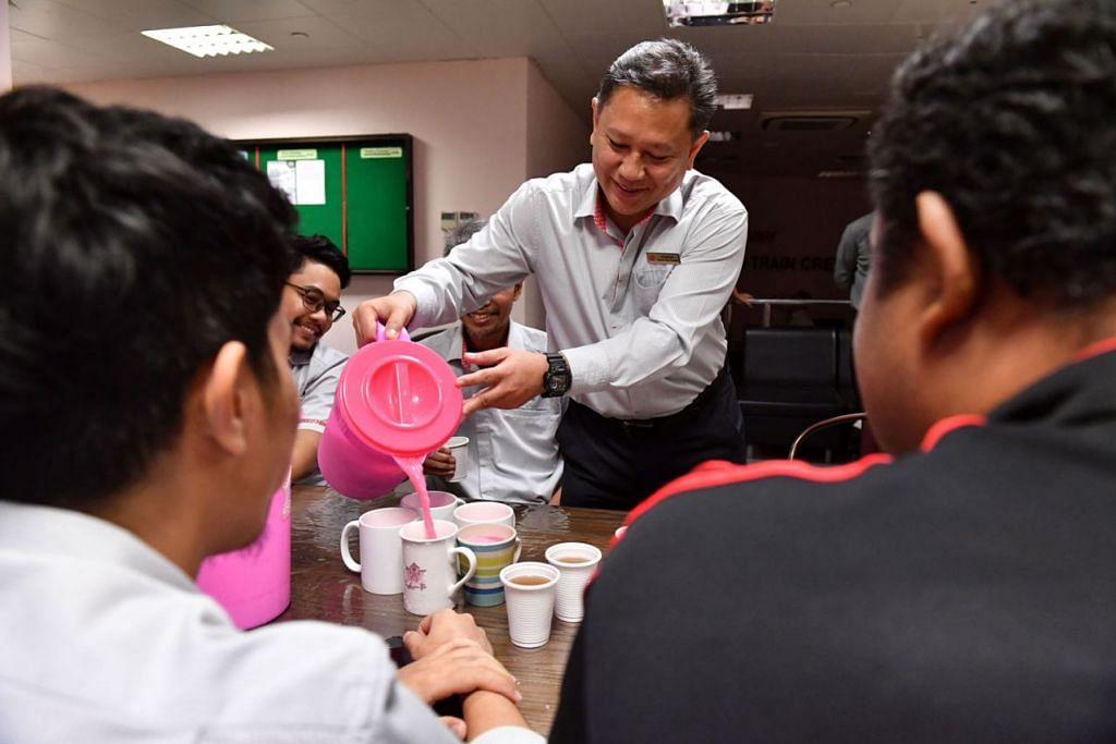 BERBUKA BERSAMA: Bergantung pada syif dan waktu makannya ketika bertugas, Encik Azahari Mohamed Ali kadang kala dapat berbuka puasa bersama-sama rakan sekerja yang lain. - Foto-foto BH oleh DESMOND FOO