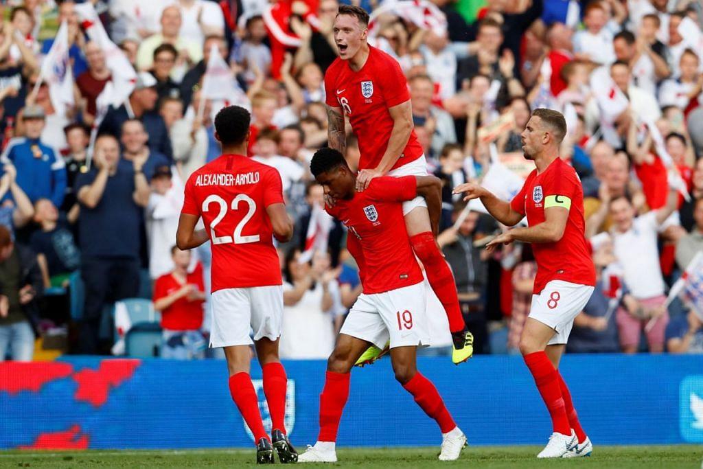 WIRA DIRAIKAN: Penjaring gol cantik England, Marcus Rashford (tengah, jersi 19) meraikan golnya dengan rakan sepasukan semasa kemenangan 2-0 ke atas Costa Rica dalam persiapan terakhir England sebelum membuka kempen Piala Dunianya. - Foto REUTERS