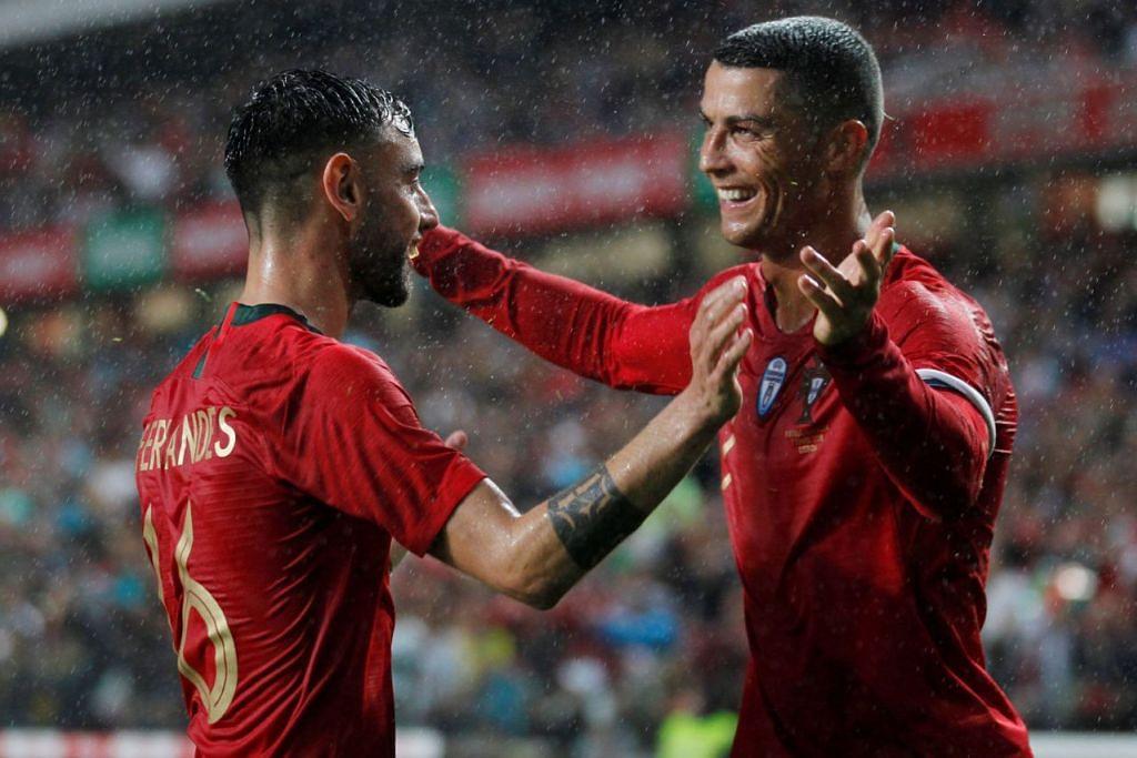 PELUKAN GOL: Penjaring gol Portugal, Bruno Fernandes (kiri) mendapat pelukan tahniah daripada kapten dan bintang pasukan, Cristiano Ronaldo. - Foto REUTERS