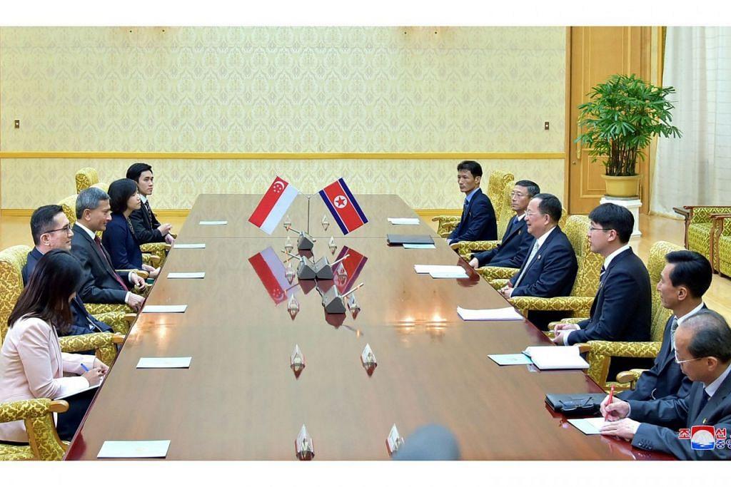 JELANG SIDANG PUNCAK: Menteri Luar Singapura, Dr Vivian Balakrishnan (kiri, tengah), mengadakan perbincangan bersama rakan sejawatannya dari Korea Utara, Encik Ri Yong Ho (kanan, tengah), di Pyongyang kelmarin bagi persiapan sidang puncak Korea Utara-Amerika Syarikat di Singapura pada 12 Jun. - Foto REUTERS.