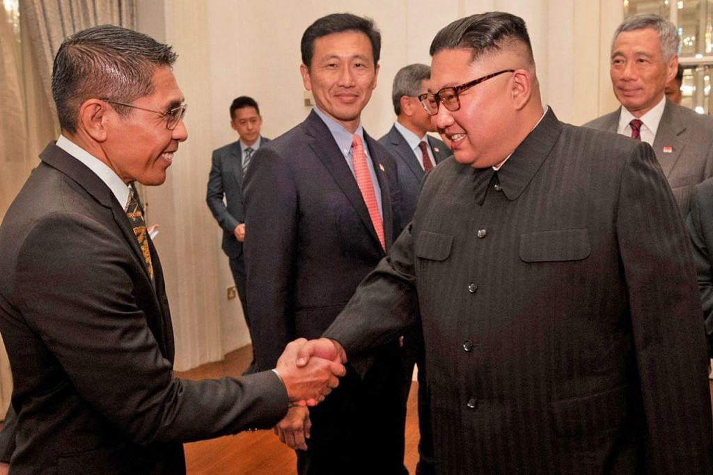 SAMBUT ENCIK KIM: Menteri Negara Kanan (Pertahanan merangkap Ehwal Luar), Dr Mohamed Maliki Osman (paling kiri), merupakan antara pemimpin Singapura yang menyambut kedatangan Encik Kim Jong Un (kanan) di Istana kelmarin. Bersama mereka ialah Menteri Pendidikan Ong Ye Kung (dua dari kiri) dan Perdana Menteri Lee Hsien Loong (paling kanan).