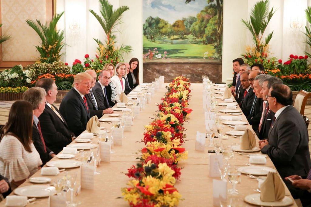 JAMUAN TENGAH HARI: Rombongan Presiden Amerika Syarikat Encik Donald Trump (empat dari kiri) dihoskan Perdana Menteri Lee Hsien Loong (tiga dari kanan) dalam satu jamuan makan tengah hari di Istana semalam, yang turut dihadiri beberapa anggota Kabinet lain. - Foto BH oleh ONG WEE JIN