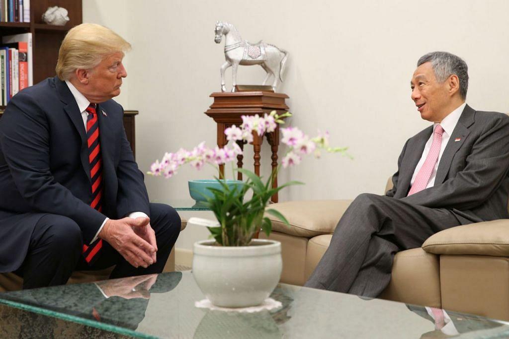 PERTEMUAN: Presiden Donald Trump (kiri) dan Perdana Menteri Lee Hsien Loong (kanan) mengadakan pertemuan empat mata di Istana semalam. Kededua pemimpin itu kemudian menyertai anggota delegasi negara masing-masing dalam acara jamuan tengah hari. - Foto MCI