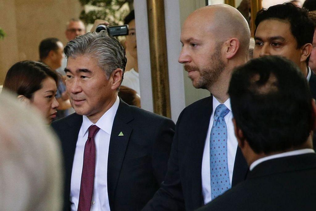 ADAKAN PERBINCANGAN: Duta Besar Amerika ke Filipina, Encik Sung Y. Kim (atas kiri) keluar daripada Hotel Ritz-Carlton selepas mengadakan perbincangan dengan Timbalan Menteri Luar Korea Utara, Cik Choe Son Hui. - Foto BH oleh KEVIN LIM