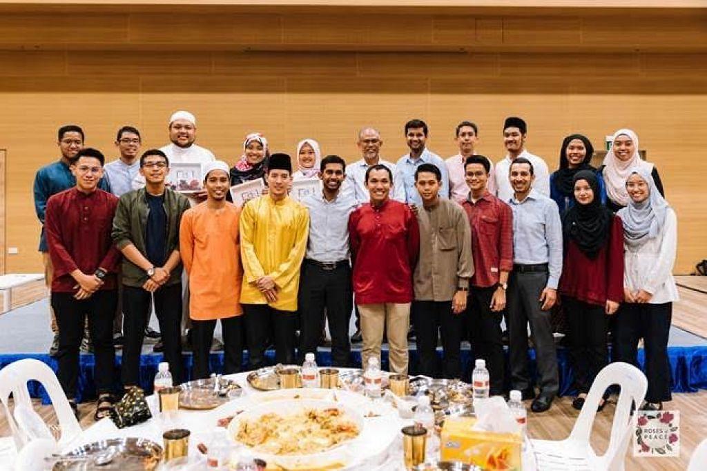 IFTAR ROSES OF PEACE: Encik Masagos (belakang, enam dari kiri) bersama antara hadirin majlis iftar untuk pelajar Islam Singapura daripada institut pengajian tinggi di majlis berbuka puasa anjuran Roses of Peace.