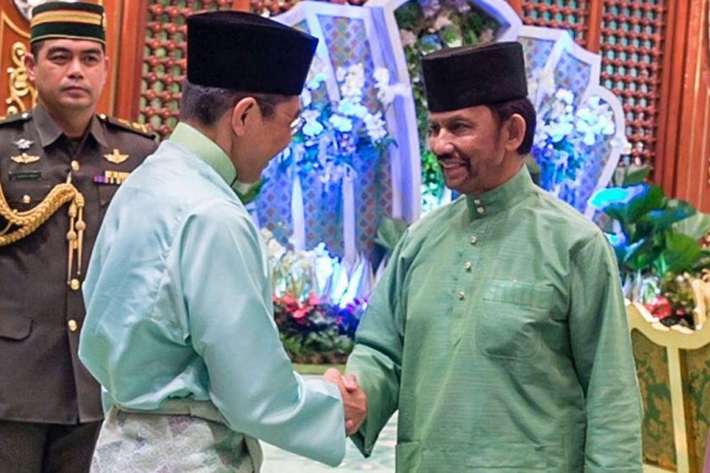 JALINAN MESRA: Dr Maliki (kiri) bersalaman dengan Sultan Brunei, Sultan Hassanal Bolkiah, semasa melawat Istana Nurul Iman kelmarin. - Foto JABATAN PENERANGAN BRUNEI