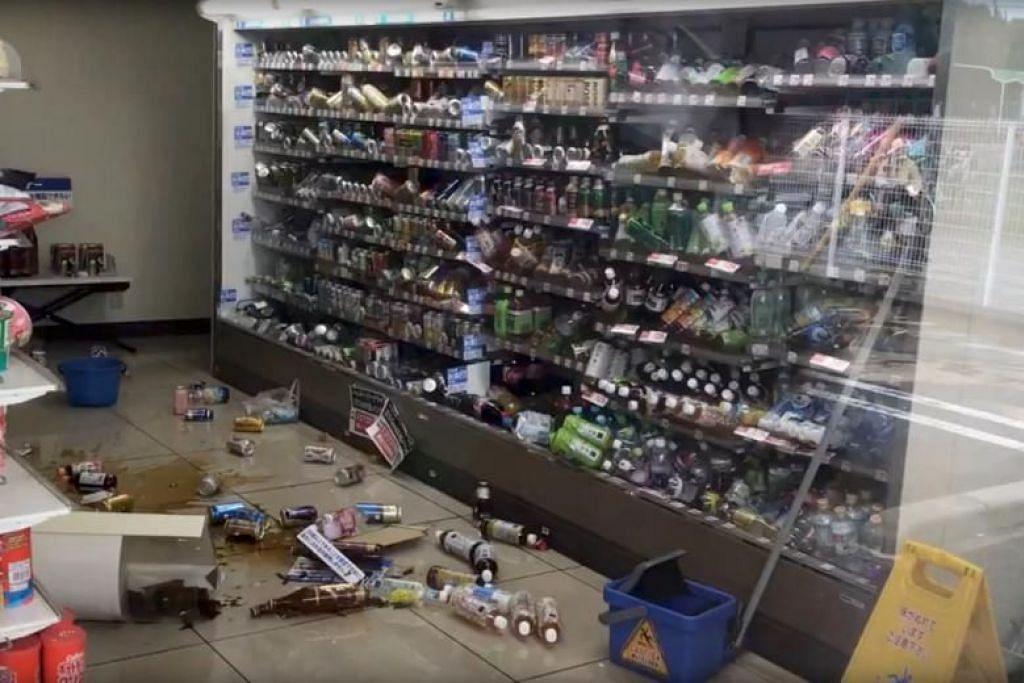 GEMPA BUMI OSAKA: Botol minuman bersepah di lantai dalam sebuah kedai selepas gempa bumi melanda Osaka, Jepun pada 18 Jun 2018.