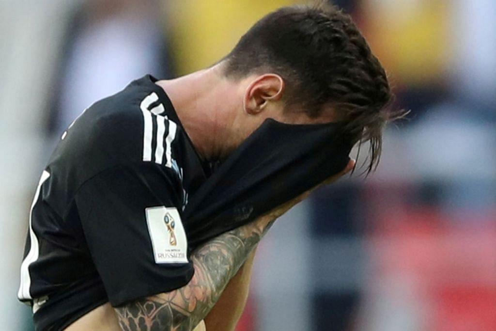 DUA WAJAH BERBEZA: Sedang bintang Argentina, Lionel Messi (atas), menutup mukanya kerana terlalu kecewa selepas gagal menyempurnakan sepakan penaltinya, seorang lagi bintang yang mendapat tumpuan utama di Piala Dunia di Russia ini, Cristiano Ronaldo, meraikan kehebatannya dengan jaringan hatrik semasa membantu Portugal sekat Sepanyol 3-3. - Foto-foto REUTERS, AFP