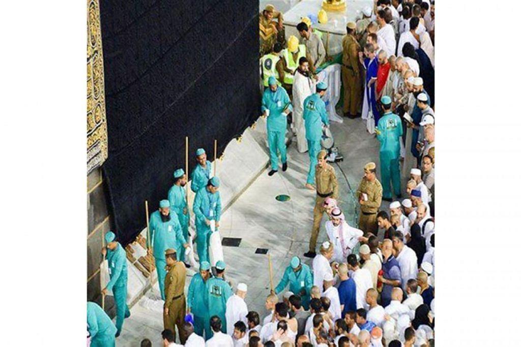 DEMI TETAMU ALLAH: Pekerja tangkas membersihkan mataf di sekeliling Kaabah dan Masjidilharam serta laman luarnya walaupun lebih dua juta jemaah membanjiri masjid itu pada malam 27 Ramadan lalu. - Foto FACEBOOK/SAUDI GAZETTE