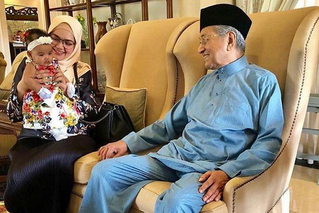 PERKENALAN ISTIMEWA: Siti 'memperkenalkan' anaknya, Siti Aafiyah, kepada Perdana Menteri Tun Dr Mahathir Mohamad sewaktu beliau beraya di rumah Dr Mahathir. - Foto INSTAGRAM SITI NURHALIZA