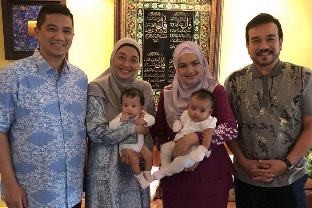 PERKUKUH IKATAN: Siti bersama suaminya, Datuk Seri Khalid Mohamad Jiwa (paling kanan) bergambar dengan Menteri Hal Ehwal Ekonomi, Datuk Seri Mohamed Azmin (paling kiri) dan isterinya, Datin Seri Shamsida Taharin. - Foto INSTAGRAM SITI NURHALIZA