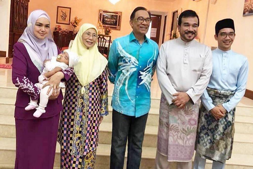 RAIKAN LEBARAN: (dari kiri) Datuk Siti Nurhaliza sambil mendukung anak sulungnya, Siti Aafiyah, bergambar bersama Timbalan Perdana Menteri, Datin Seri Wan Azizah Wan Ismail dan suami, Datuk Seri Anwar Ibrahim. Beliau diiringi suami, Datuk Seri Khalid Mohamad Jiwa dan anak bongsu Datuk Khalid dari perkahwinan terdahulu, Aazief (paling kanan). - Foto INSTAGRAM SITI NURHALIZA