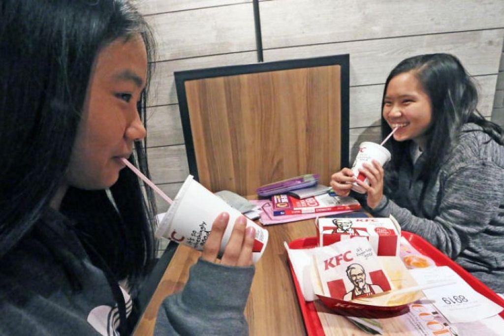 LANGKAH MENJAGA ALAM SEKITAR: Langkah KFC tidak menyediakan straw plastik dan penutup cawan plastik lagi dijangka akan menjimatkan sekitar 17.9 tan plastik sekali guna setahun.