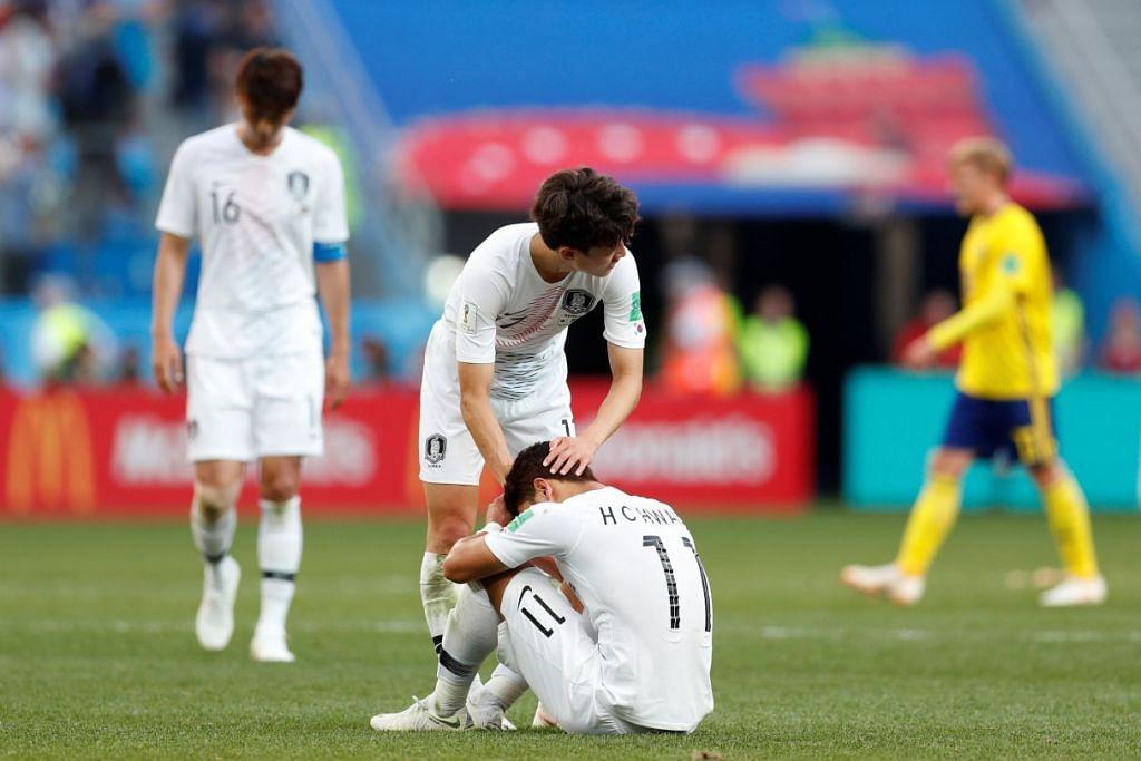 HAMPA: Pemain Korea Selatan memujuk satu sama lain selepas tewas kepada Sweden dalam perlawanan Kumpulan F di Stadium Nizhny Novgorod di Nizhny Novgorod, Russia pada 18 Jun 2018.