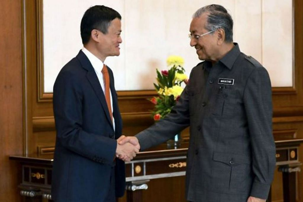 KONGSI PANDANGAN: Encik Jack Mah (kiri) antara lain melahirkan rasa kagum dengan pengetahuan mendalam Dr Mahathir mengenai teknologi. - Foto THE STAR