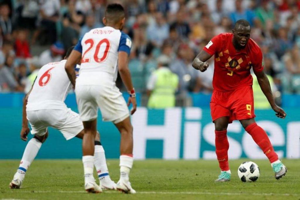 KUASAI BOLA: Pemain forward Belgium, Romelu Lukaku (kanan) menguasai bola di hadapan pemain midfield Panama, Gabriel Gomez dan Anibal Godoy semasa perlawanan Kumpulan G di Stadium Fisht di Sochi, Russia pada 18 Jun 2018.
