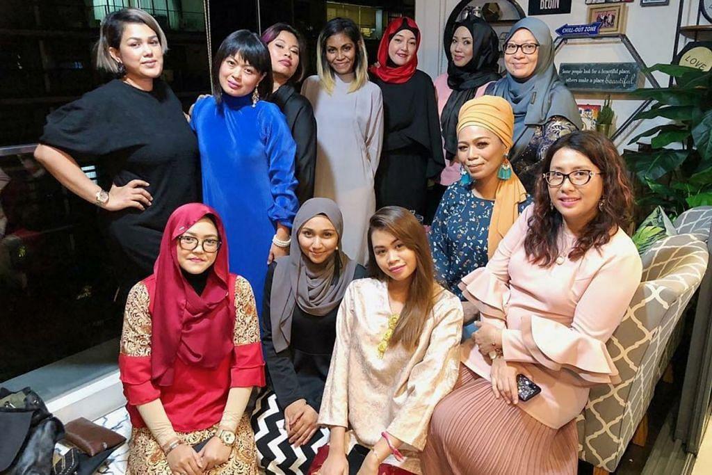 MERAIKAN TAMU: Usahawan Fatimah Mohsin (Gambar atas, berbaju hitam berdiri paling kiri) gembira menerima kunjungan teman-teman dan pekerjanya. - Foto FACEBOOK/FATIMAH MOHSIN