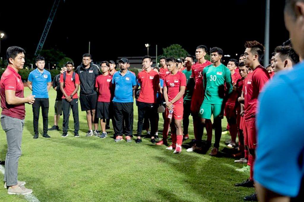 KATA-KATA SEMANGAT: Encik Tan (menghadap pemain) memberikan kata-kata perangsang kepada skuad muda bola sepak pimpinan Fandi selepas perlawanannya dengan Myanmar malam kelmarin. – Foto FAS