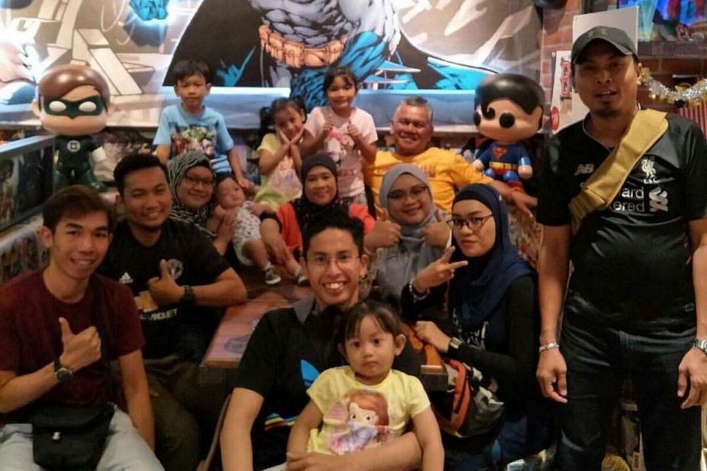 SAMBUTAN TAHUNAN: Setiap tahun, Cik Amalina (tiga dari kiri) akan menyambut Hari Bapa bersama bapa, Encik Anuar (berbaju kuning). Dalam gambar ini, mereka meraikan Encik Anuar di DC Cafe, Johor Bahru. - Foto ihsan SITI AMALINANADIAH ANUAR