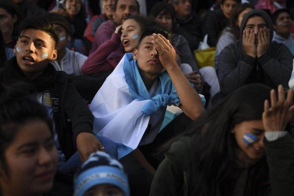 SEDIH: Reaksi peminat Argentina kepada perlawanan antara Argentina dengan Croatia semasa menontonnya di San Martin square di Buenos Aires.