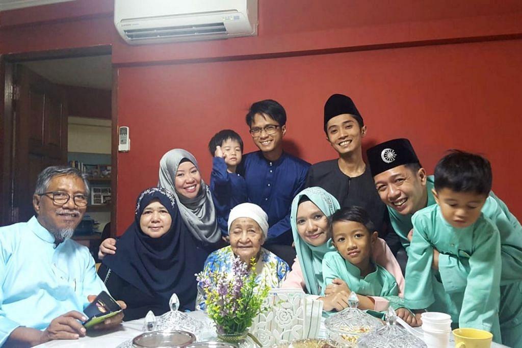 RAYA TERAKHIR BERSAMA: Penulis (duduk barisan depan, empat dari kiri) bergambar bersama keluarga, termasuk ayah tersayang Allahyarham Sarhid Yusoff (kiri) dengan nenek Cik Maznah Abdul Manap semasa Hari Raya tahun lalu. - Foto ihsan SHAHIDA SARHID