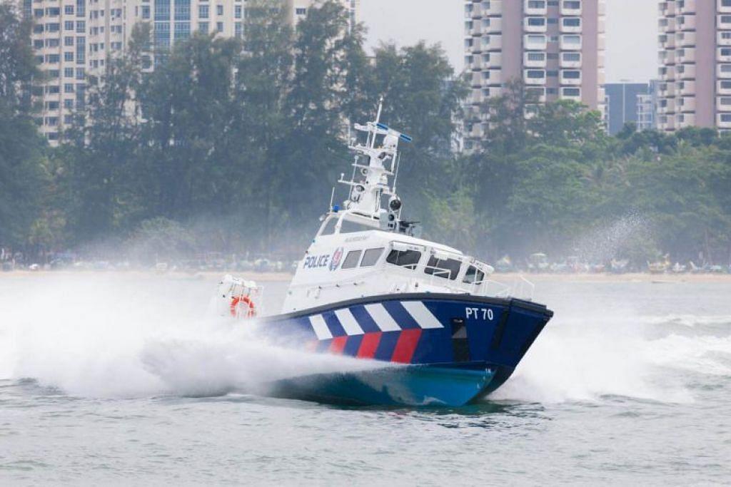 MASUK SINGAPURA SECARA TERLARANG: Pegawai PCG mengesan bot yang membawa 10 lelaki memasuki Singapura secara terlarang sekitar 7.30 malam pada 23 Jun 2018.