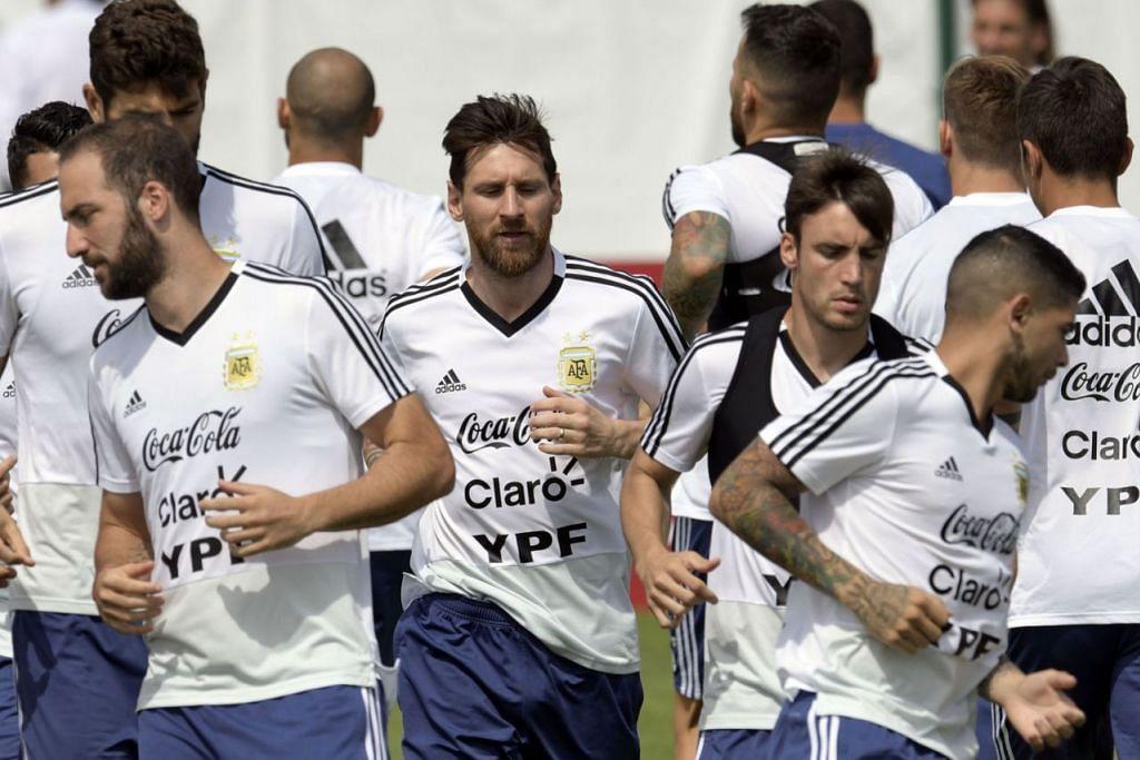 TIDAK BOLEH DIKETEPIKAN: Pemain handalan Argentina, Lionel Messi (tengah) yang sedang menjalani latihan dengan rakan sepasukan tidak boleh diketepikan semasa menentang Nigeria kelak. - Foto AFP