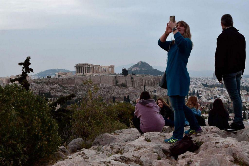 SEMAKIN RAMAI PELAWAT: Greece dikatakan dibanjiri semakin ramai pelancong tahun ini. - Foto AFP