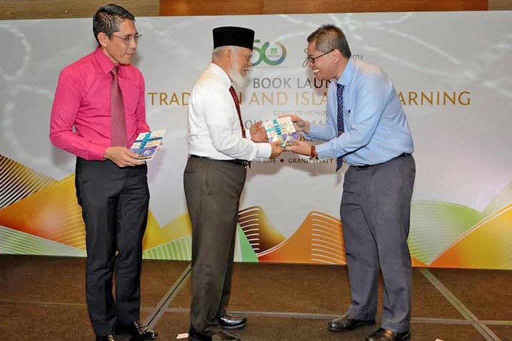 LANCAR BUKU: Penerima Anugerah Cendekiawan Syed Isa Semait, Dr Norshahril Saat (kanan), menyampaikan bukunya bertajuk 'Tradition and Islamic Learning: Singapore Students in the Al-Azhar University (Tradisi dan Pembelajaran Islam: Pelajar Singapura di Universiti Al-Azhar)' kepada mantan Mufti Syed Isa Semait (tengah). Turut hadir di pelancaran buku itu Jumaat lalu ialah Menteri Negara Kanan (Pertahanan merangkap Ehwal Luar), Dr Mohamad Maliki Osman (kiri). - Foto MUIS