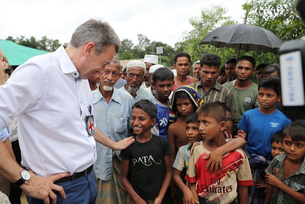 TINJAU KEADAAN: Presiden Jawatankuasa Antarabangsa Palang Merah, Encik Peter Maurer, berinteraksi dengan kanak-kanak Rohingya sewaktu lawatan ke khemah pelarian di Cox's Bazar, Bangladesh, kelmarin. - Foto REUTERS